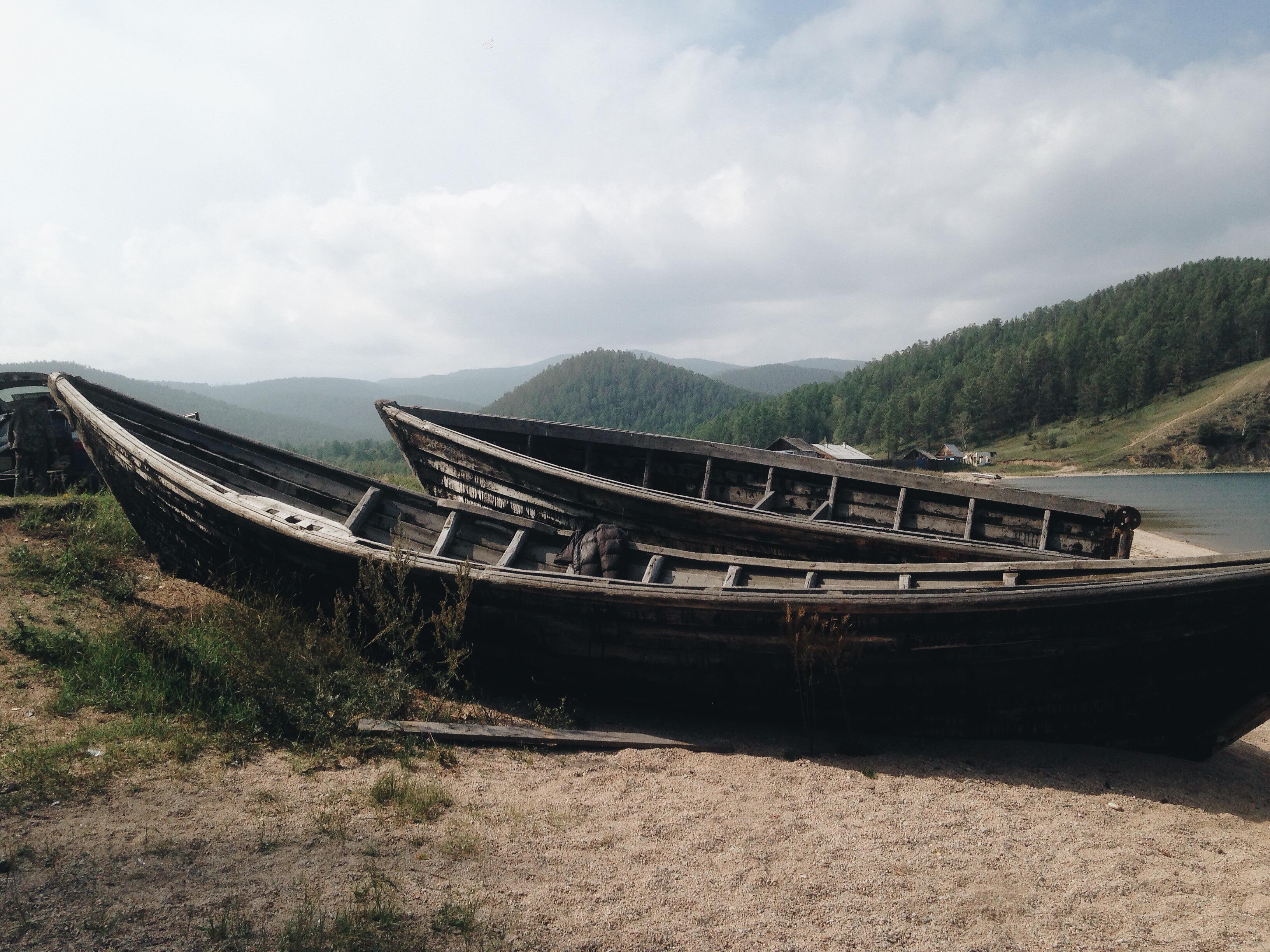 Еще совсем недавно на таких лодках рыбаки персекали Байкал. Сейчас в них удобно пообедать